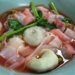 【タイ飯】イェンタフォー 初めて食べるのは勇気がいる、豆腐を腐らせたピンクスープの麺