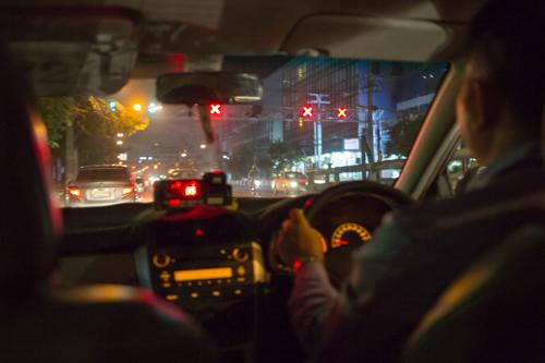 バンコク タクシー 車内