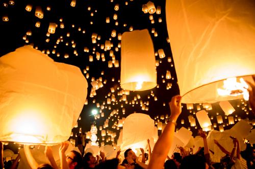 【感動】チェンマイのイーペン祭り「塔の上のラプンツェル」の1シーンのような世界!