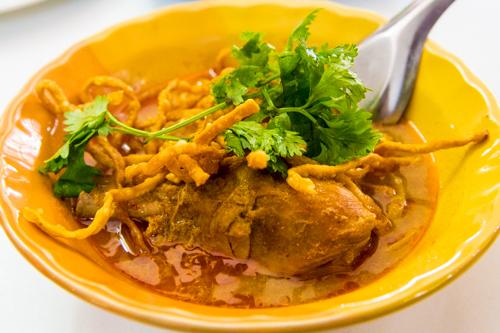 チェンマイのフアンペン(HuenPhen)でカオソーイを食べてみた。サイ・ウアもオススメ。