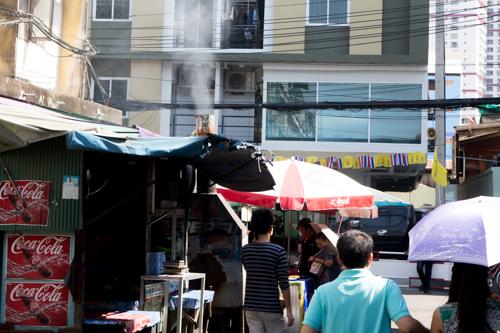 タイあるある?屋台の煙が洗濯物を直撃して、洗濯物が屋台メシの臭いがしそうな光景