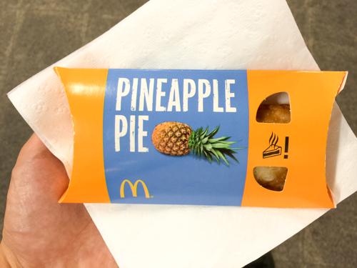 タイのマクドナルドに三角チョコパイはないが、パイナップルパイが売っていたので食べてみた