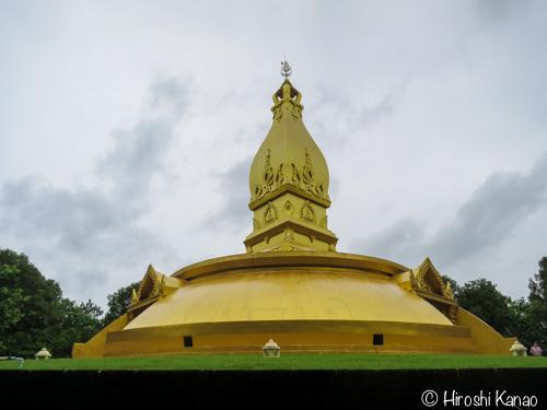 ウボンラチャタニの黄金に輝く仏塔「ワット・ノーン・パー・ポーン」