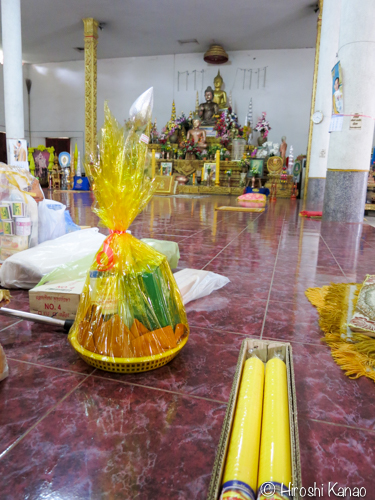 ロウソク祭り ロウソクをお寺に寄進