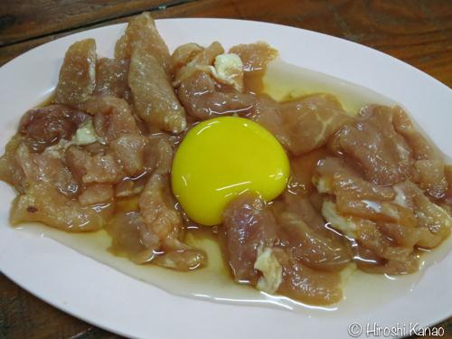 チムチュム食べ方6 肉に生卵をわる