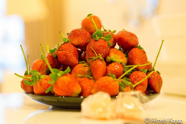 バンコクの路上でイチゴが1kg100バーツの激安で美味しそうだったので買ってみたけど、超酸っぱい!