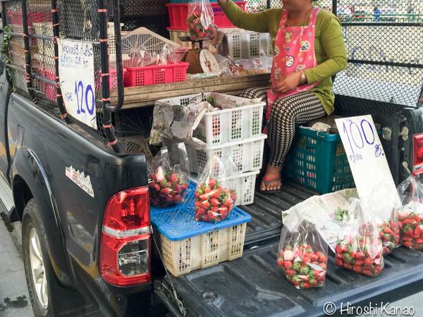 バンコク 路上 量り売り フルーツ いちご タイ産 1